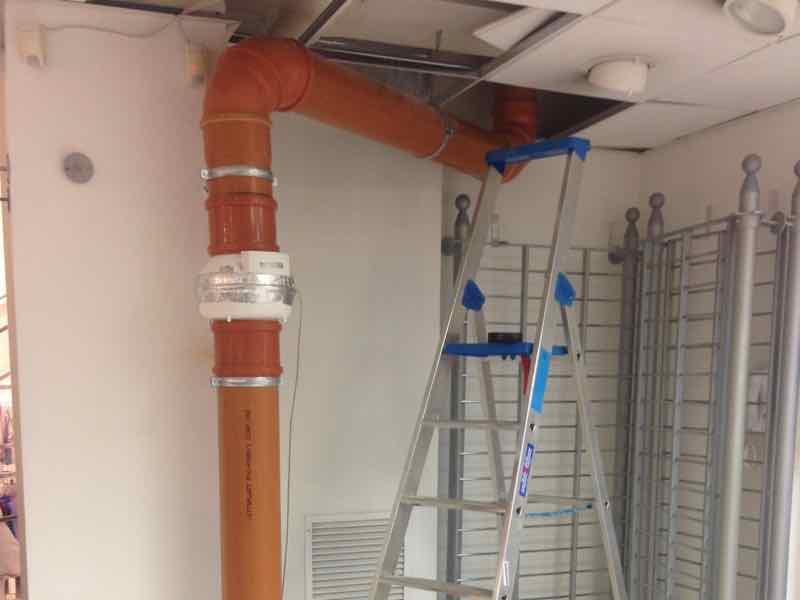 Benevento: mitigazione Radon in negozio - Dettaglio tubo aspirazione 01